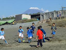 海岸でサッカー